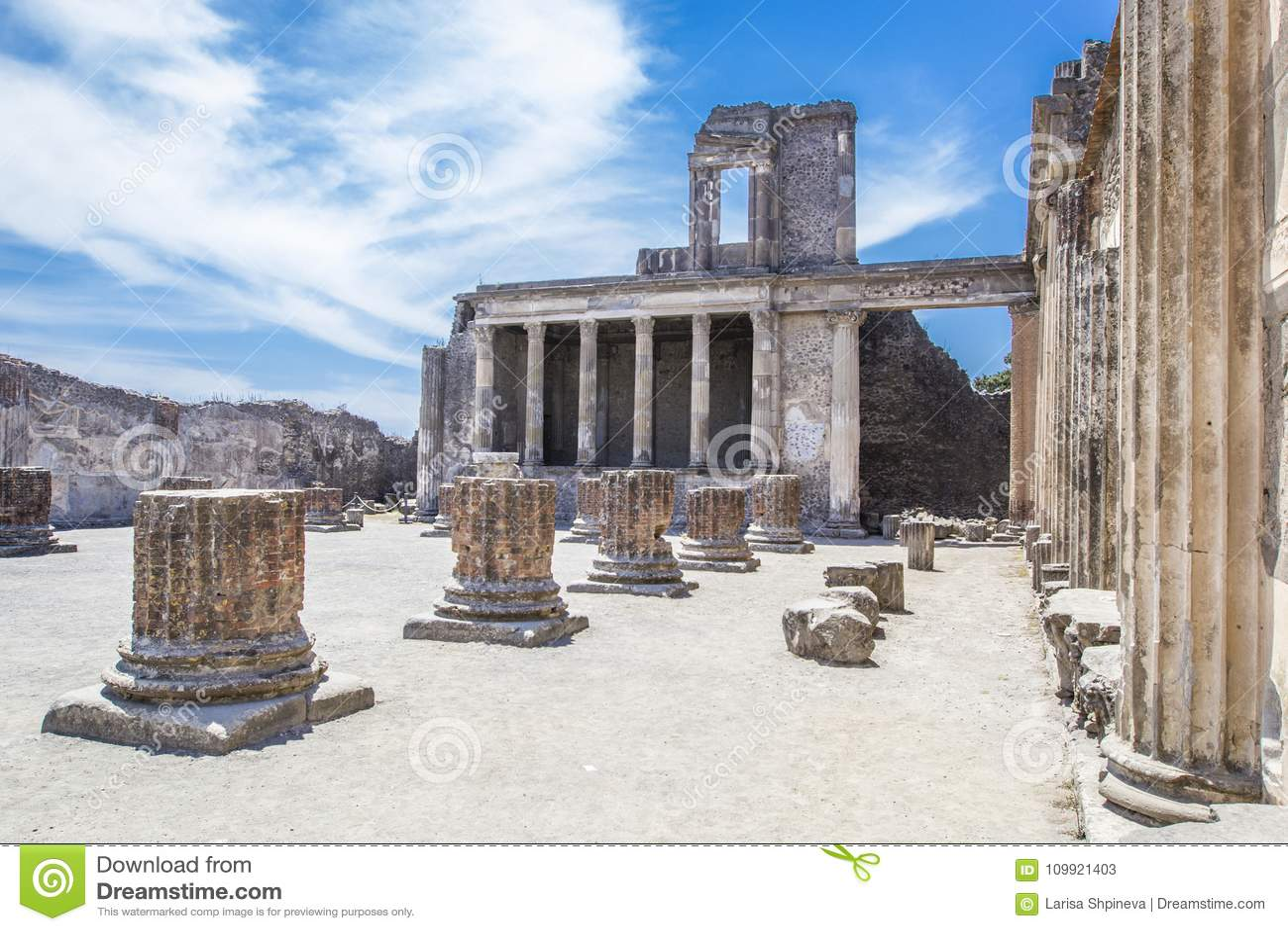 Ruines antiques à Pompeii - colonnade dans la cour de Domus Pompéi dedans par l intermédiaire du della Abbondanza, Naples, Italie
