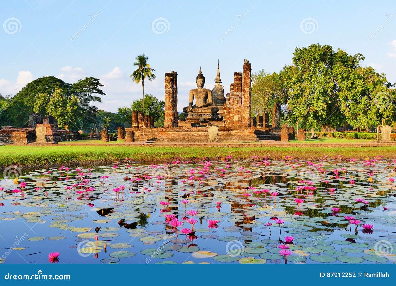 Ruines antiques de temple bouddhiste de belle vue scénique de paysage de Wat Mahathat en parc historique de Sukhothai en été