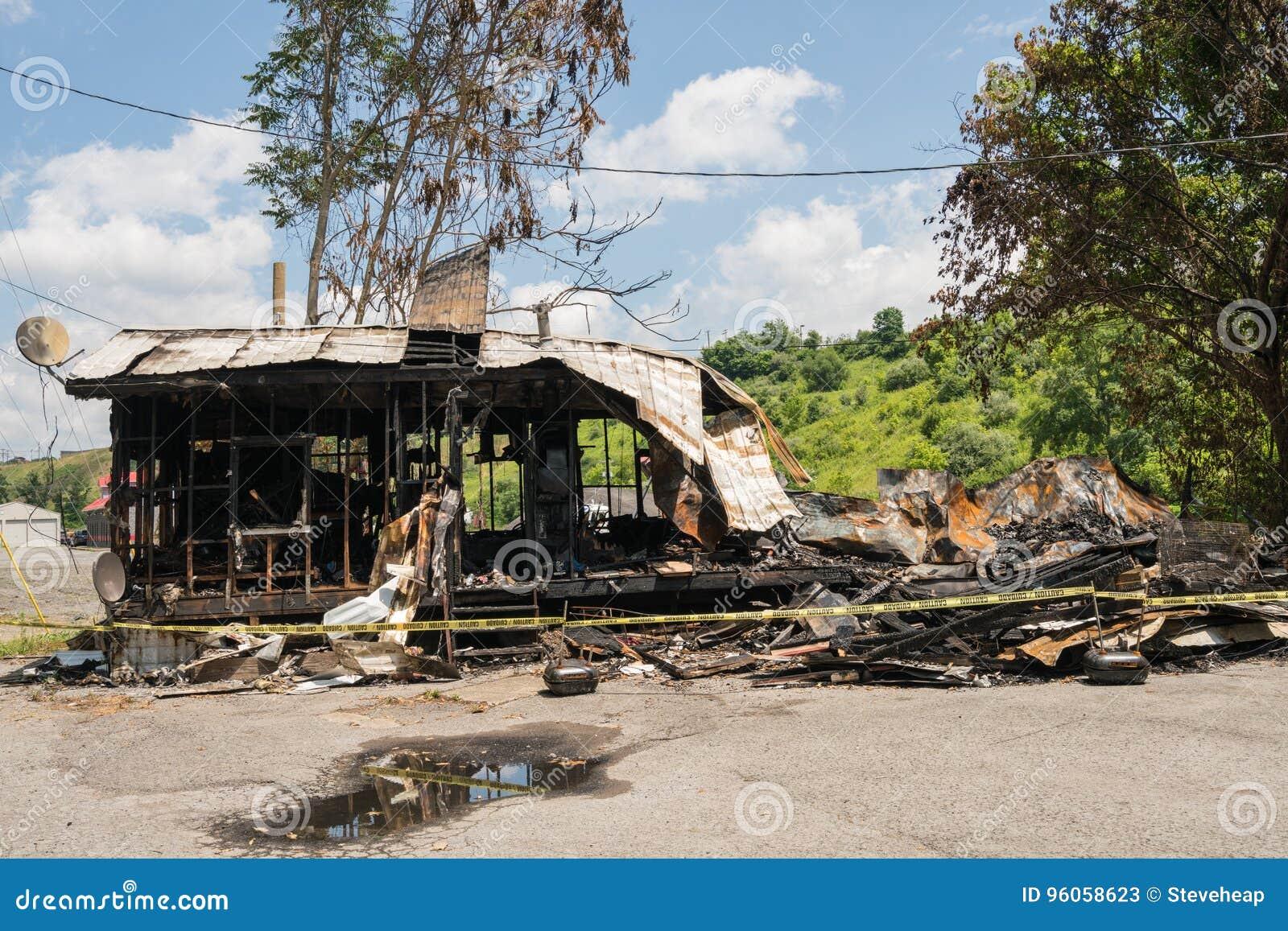 Ruines brûlées de maison de cadre en bois