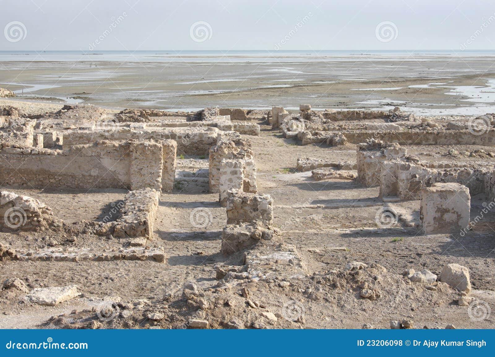 Ruines dans le nord du fort principal du Bahrain près de la mer