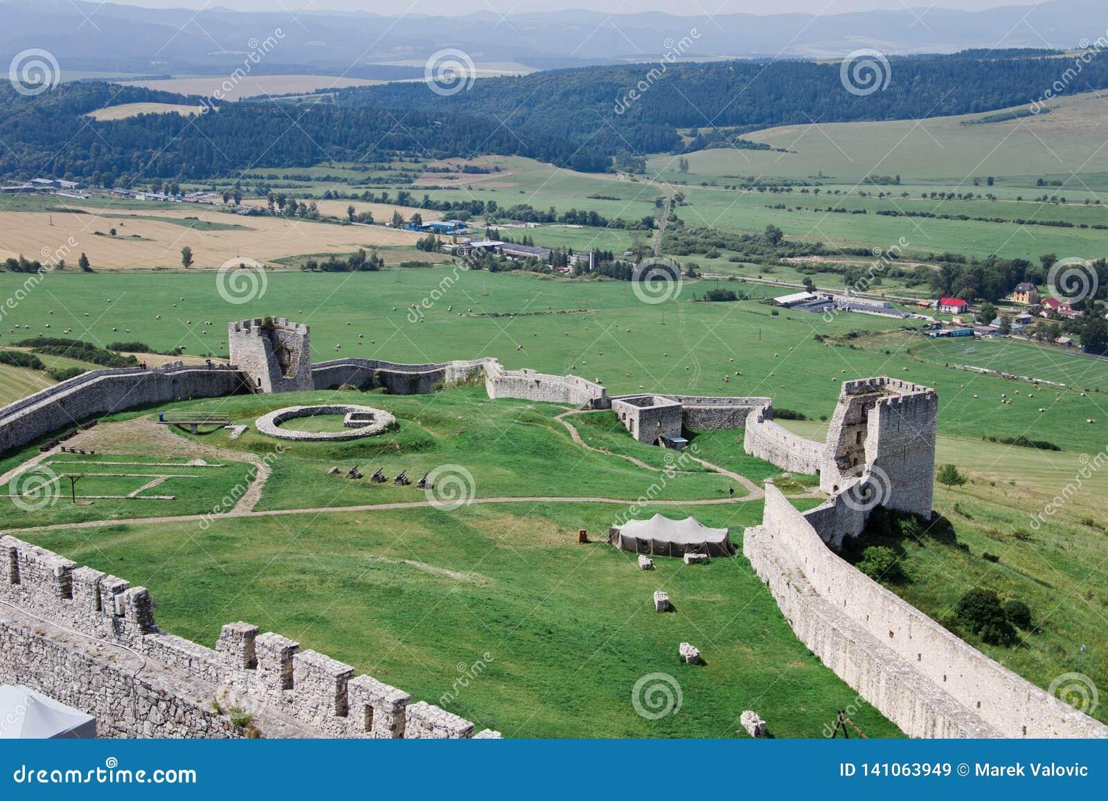 Ruines de château de château de Spisky en Slovaquie - arrière-cour