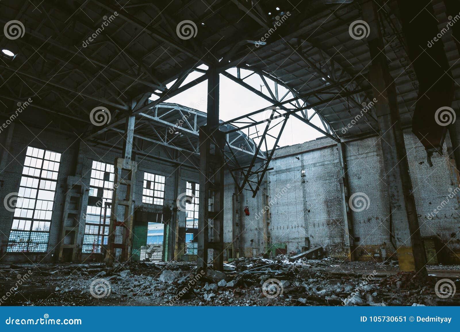 Ruines de grand hall de l entrepôt ou de l usine abandonné, conséquences de catastrophe, guerre, ouragan, tremblement de terre