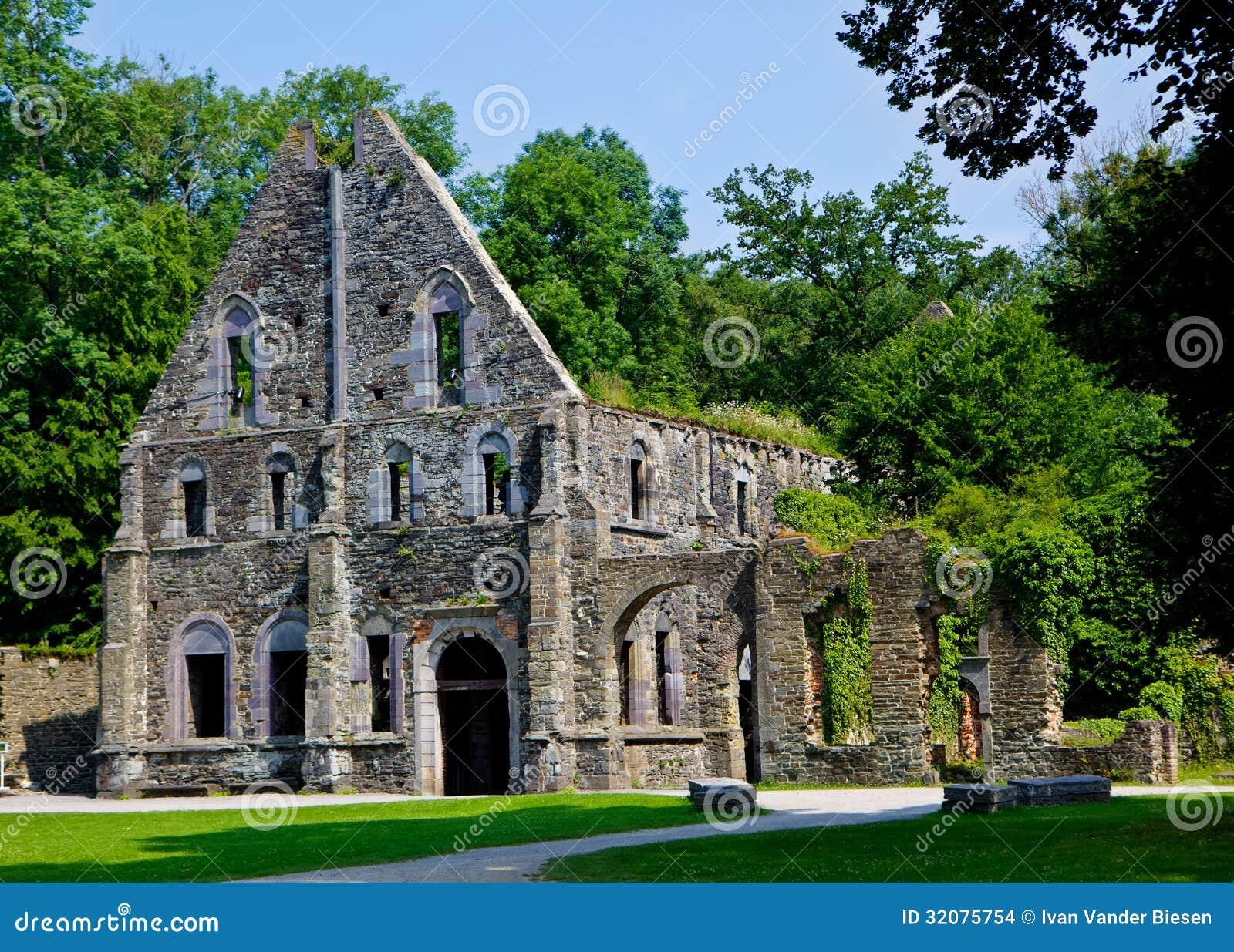 ruines des maisons d 39 h tes de l 39 abbaye de la la ville belgique de villers photo stock image. Black Bedroom Furniture Sets. Home Design Ideas