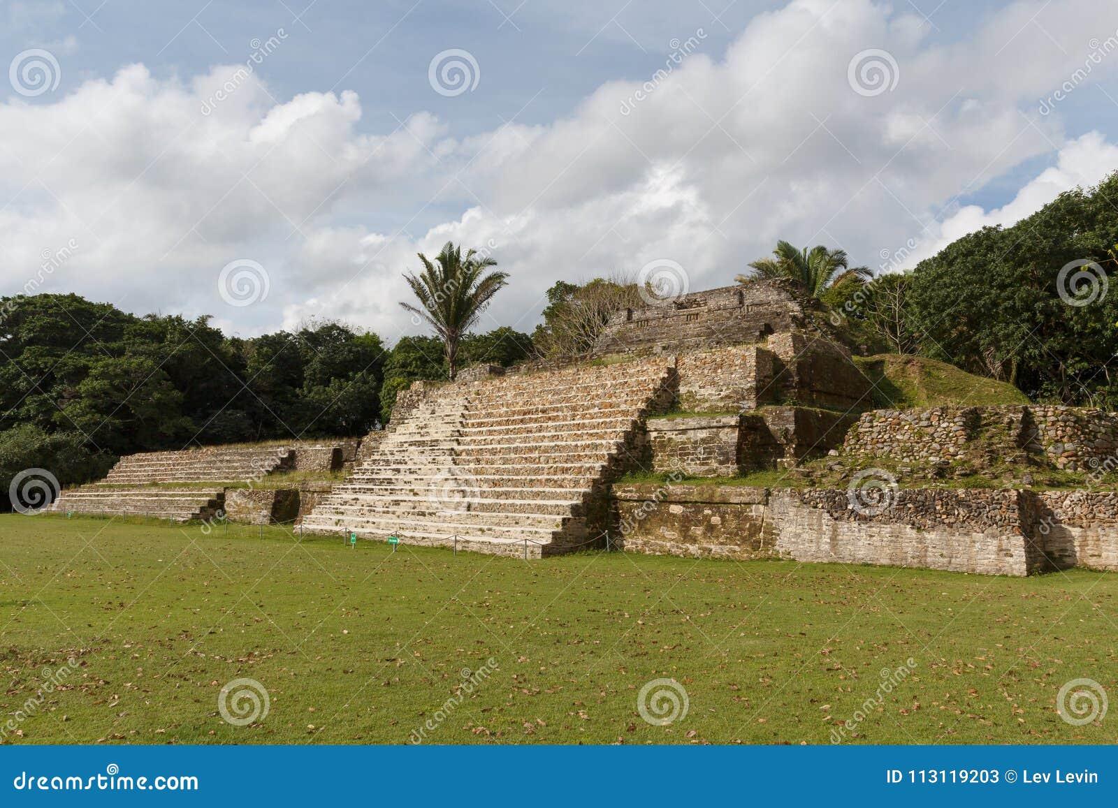 Ruines du site archéologique maya antique Altun Ha