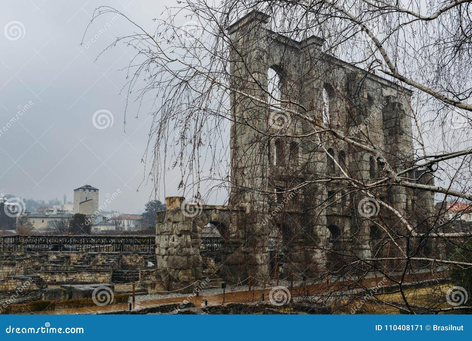 Ruines du vieux théâtre romain établi vers la fin du règne d Augustus dans Aosta, Italie, quelques décennies après la base de la