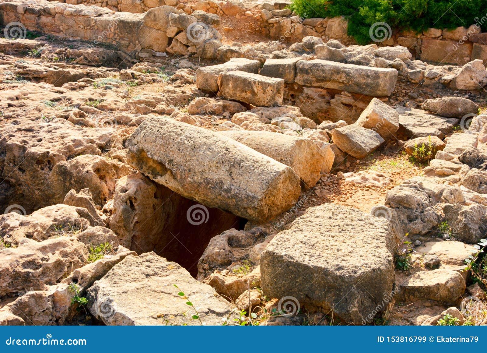 Ruines en pierre antiques d?truites Excavations arch?ologiques