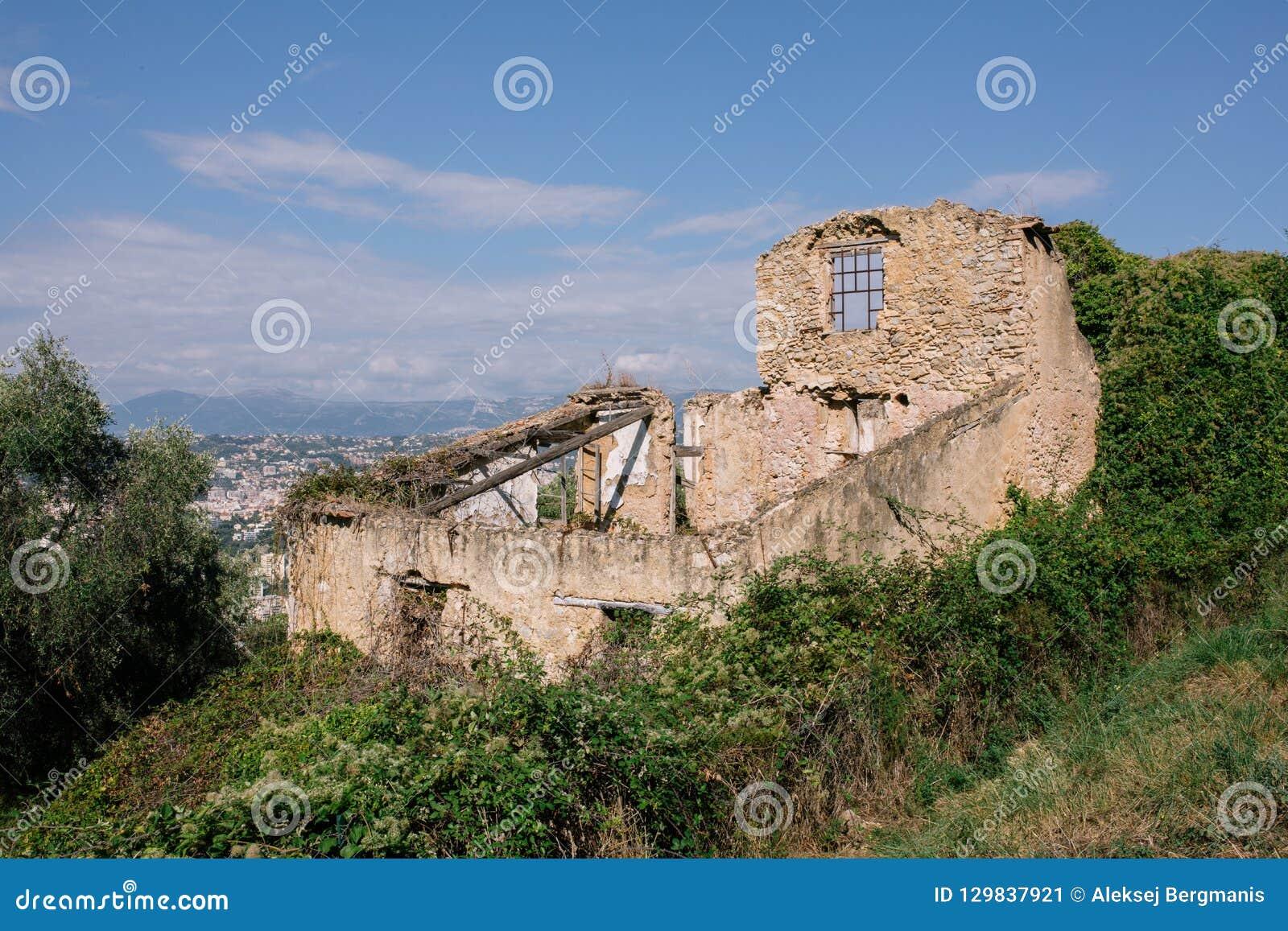 Ruines en pierre de maison sur le mur dans la ville européenne du sud