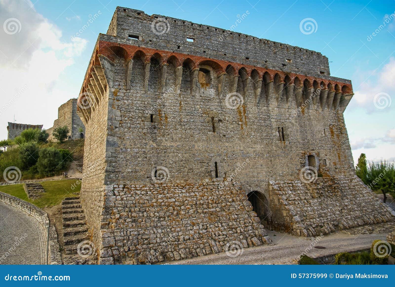 Ruines van een oud kasteel in Ourem, Portugal
