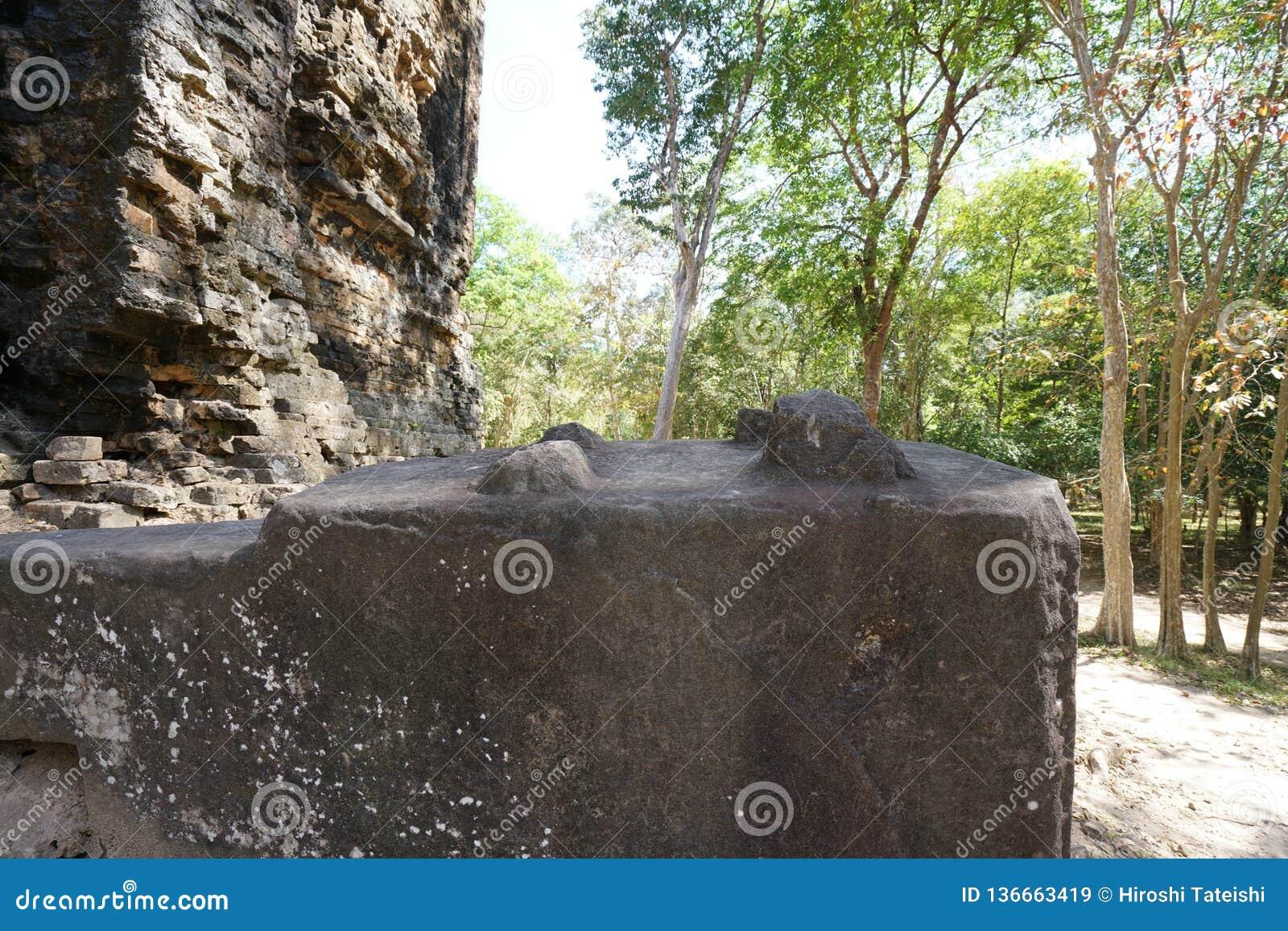 Ruinierte Basis von Löwestatuenbeinen bei Prasat Tao in Sambor Prei Kuk in Kambodscha