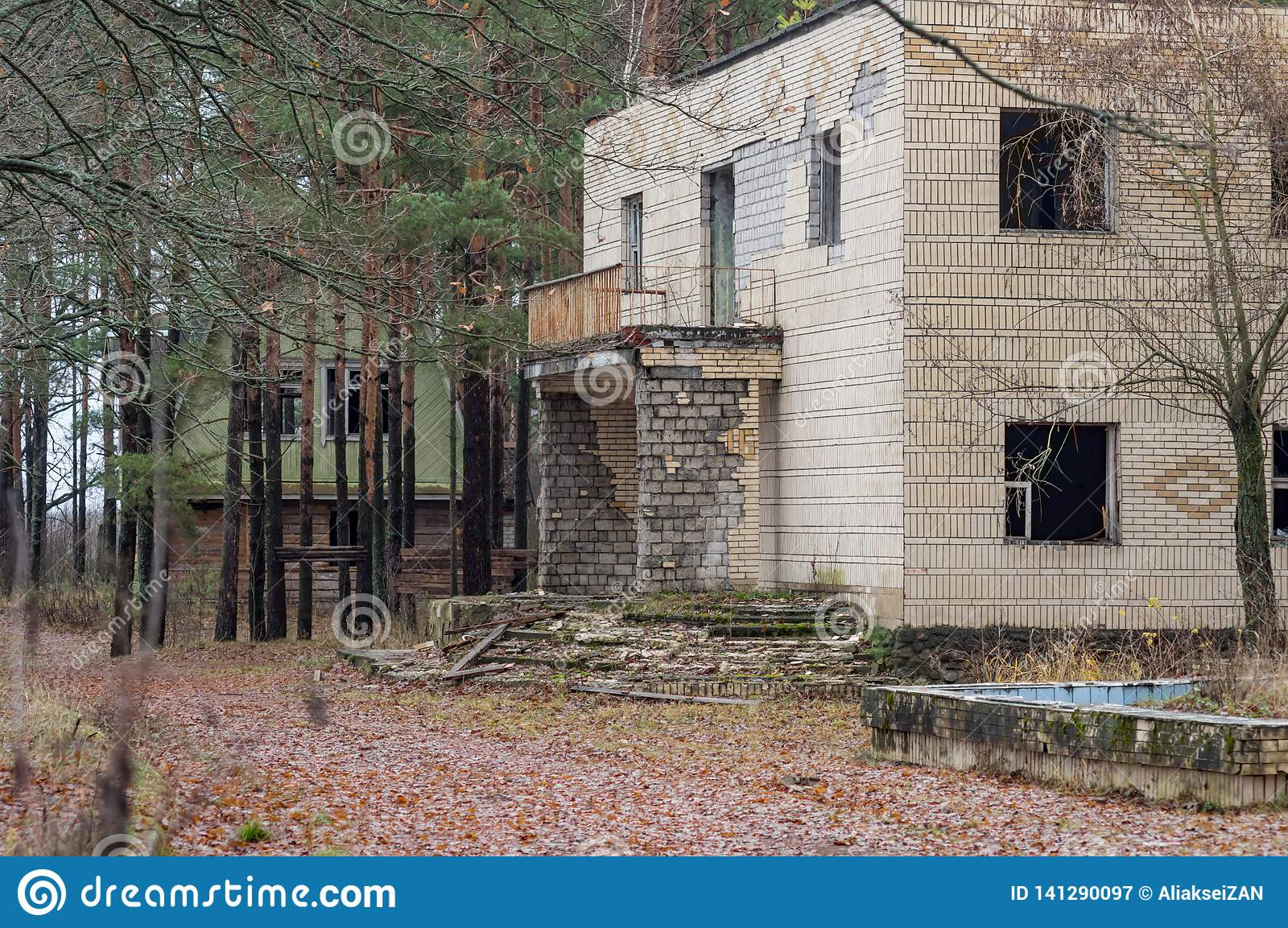 Destroyed building in the woods, Post Apocalyptic