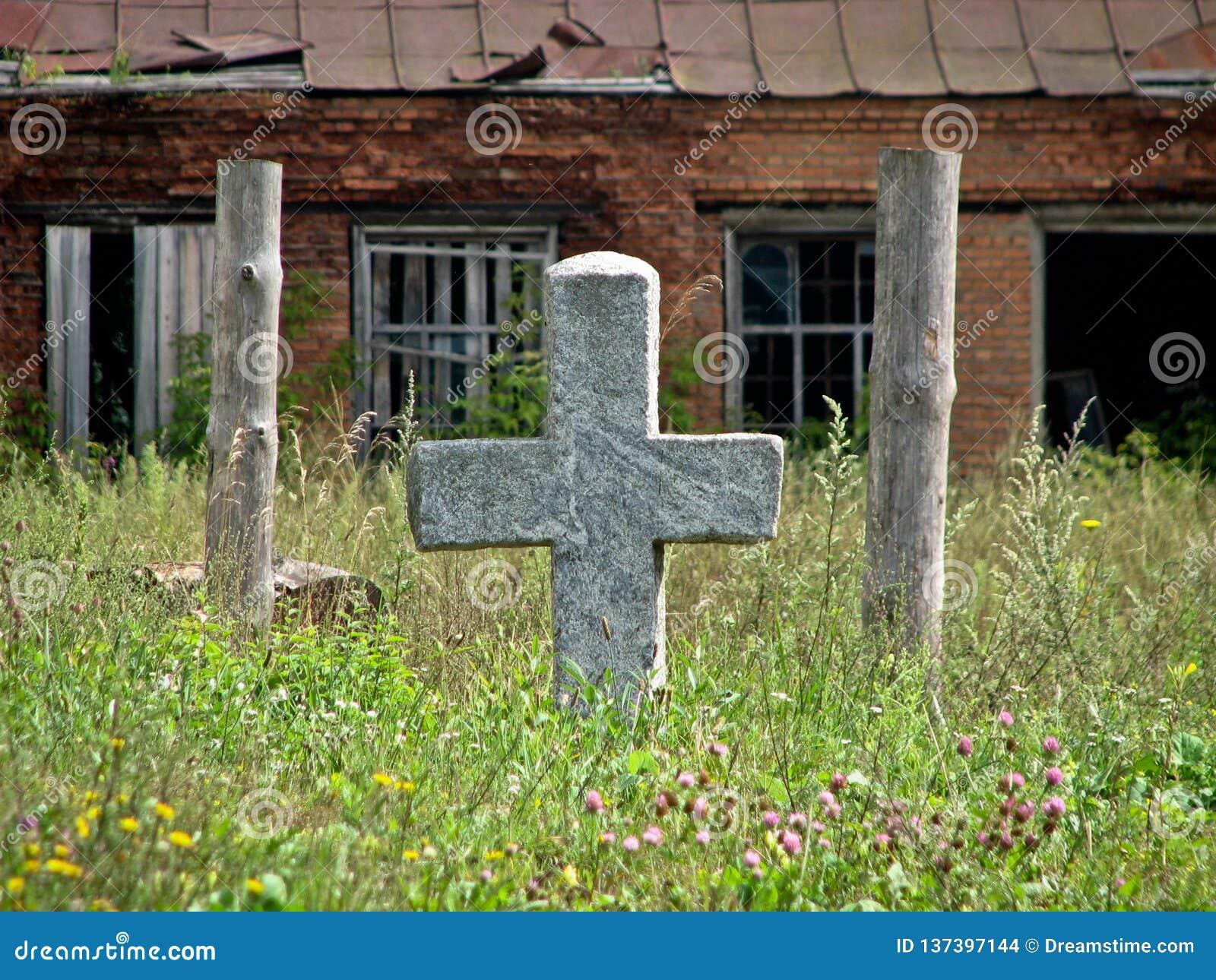 Ruiny blisko zaniechanego starego cmentarza