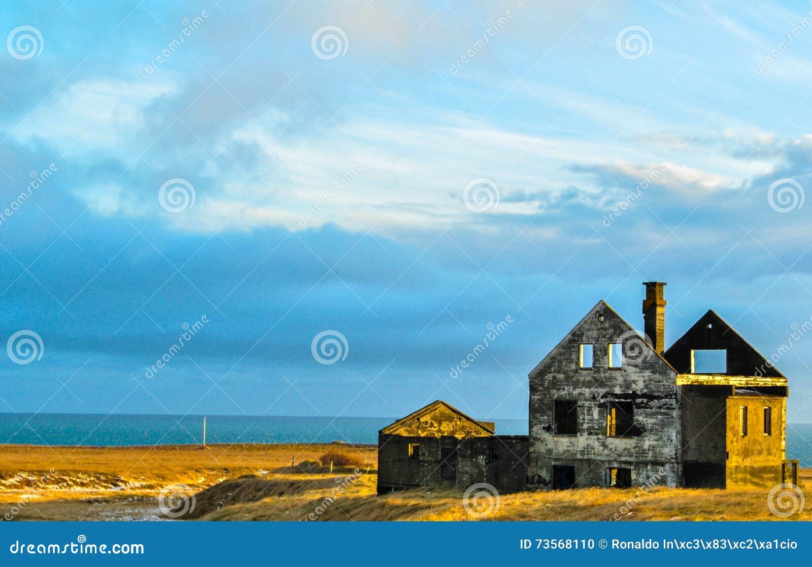 Ruiny dom na plaży w Iceland przy zmierzchem