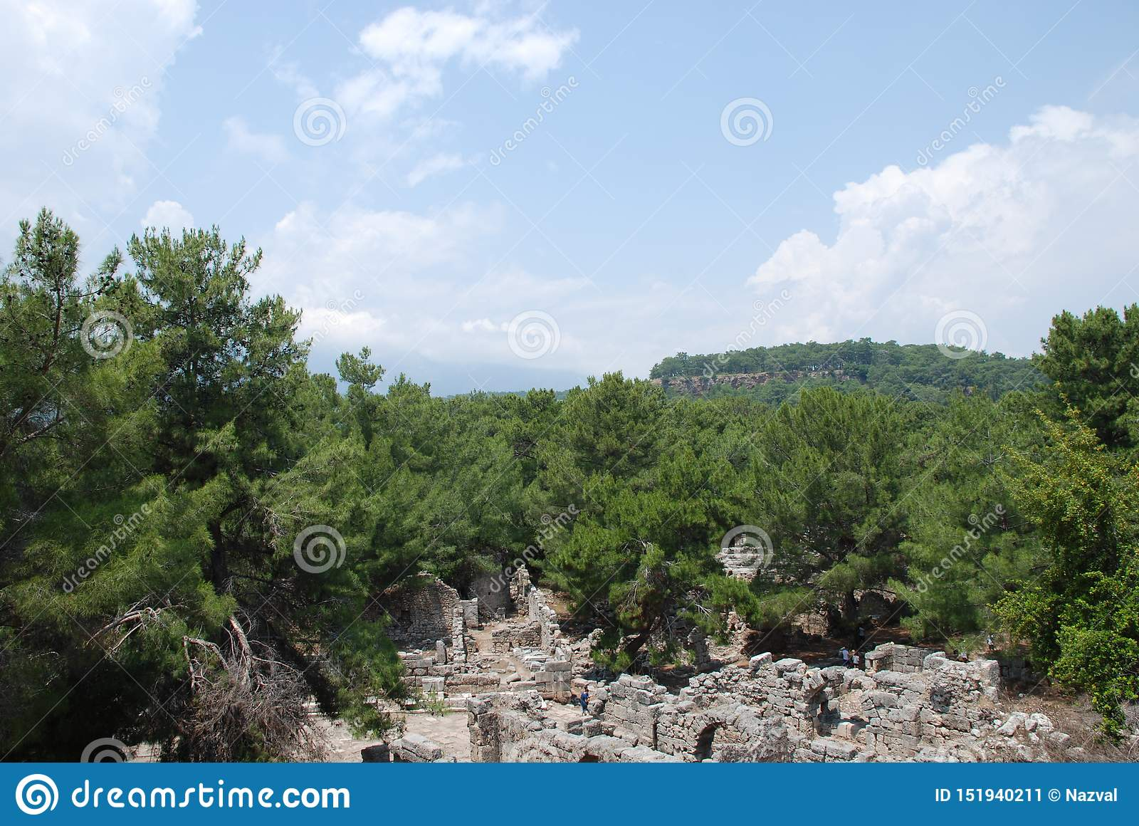 Ruiny i ruiny konserwują wśród zielonej roślinności lasy Turcja blisko Antalya