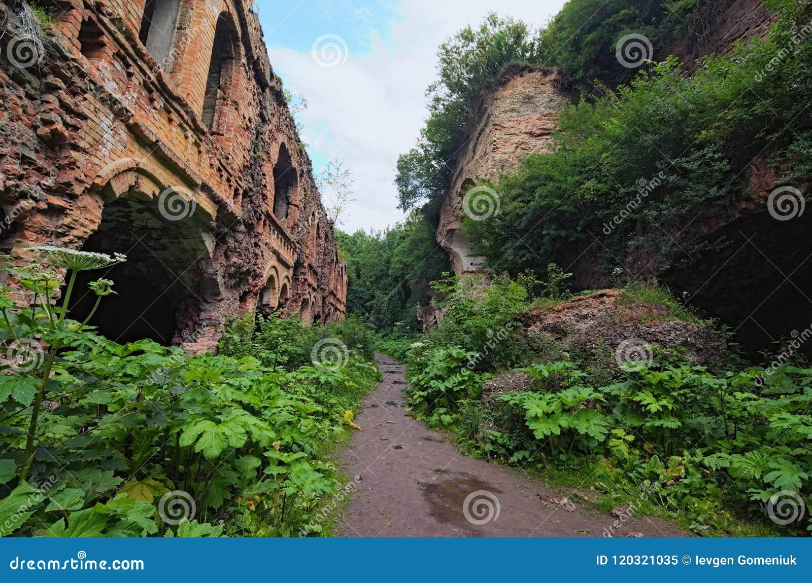 Ruiny Tarakanivskiy fortu fortyfikacja, architektoniczny zabytek xix wiek Tarakaniv, Rivne oblast, Ukraina
