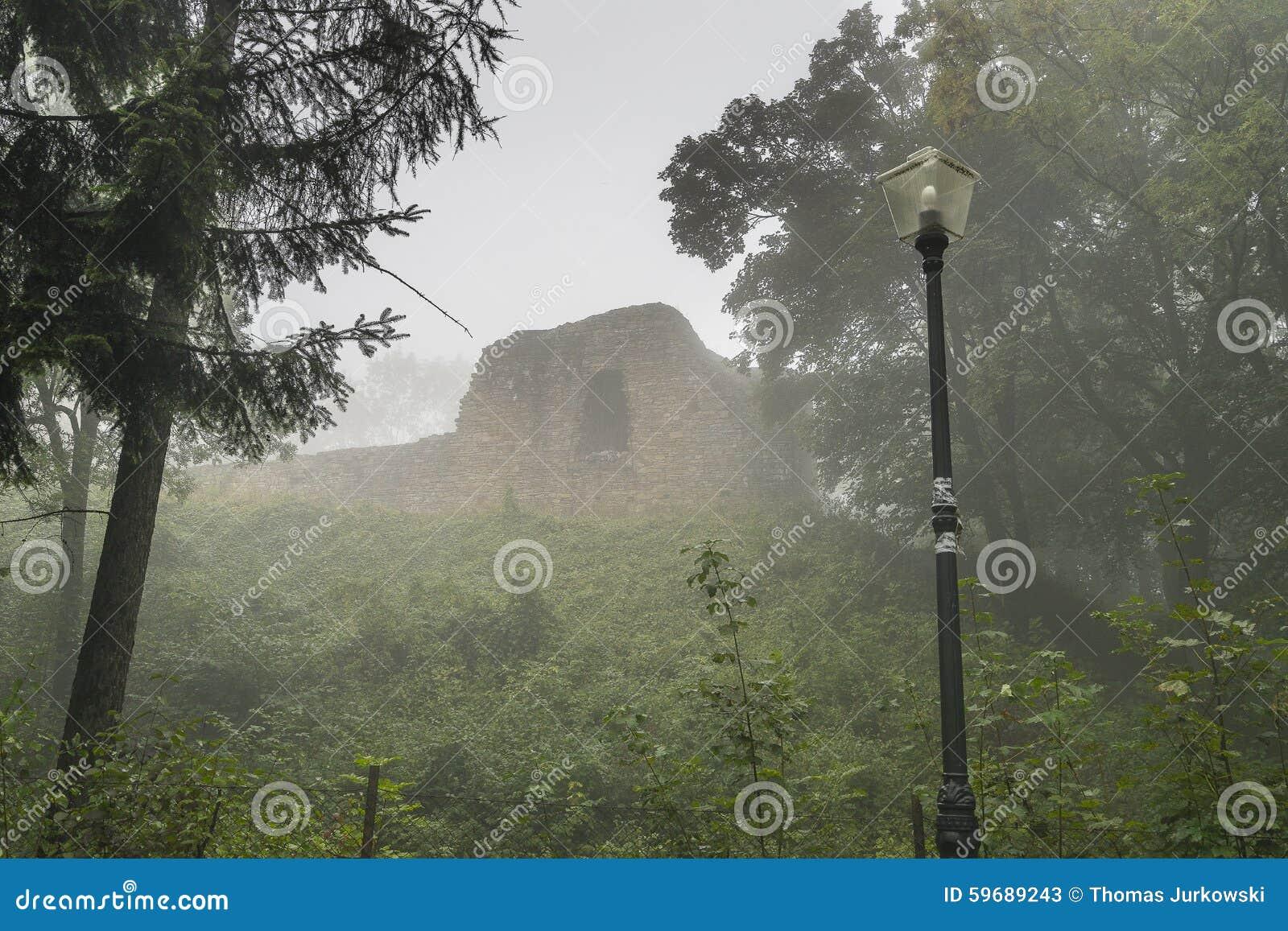 Ruiny w mgle