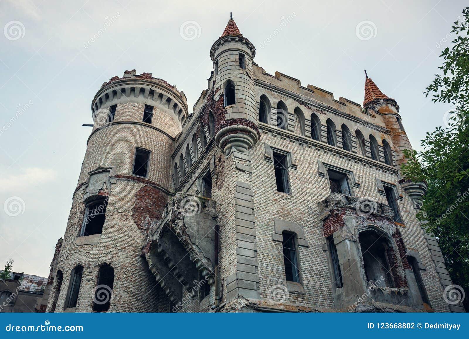 Ruiny zniszczony antyczny kasztel nieruchomość Khrapovitsky w Muromtsevo, Rosja