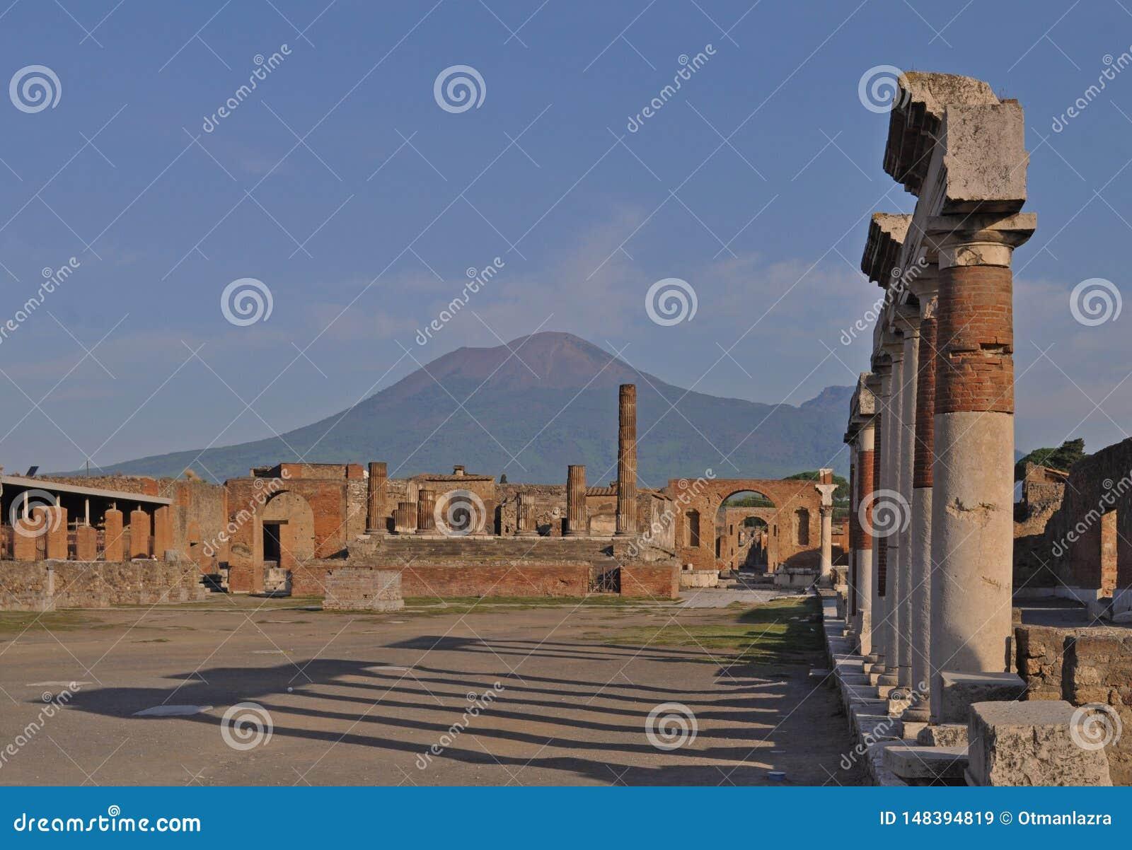 Rujnujący budynek z Vesuvius górą, Pompeii