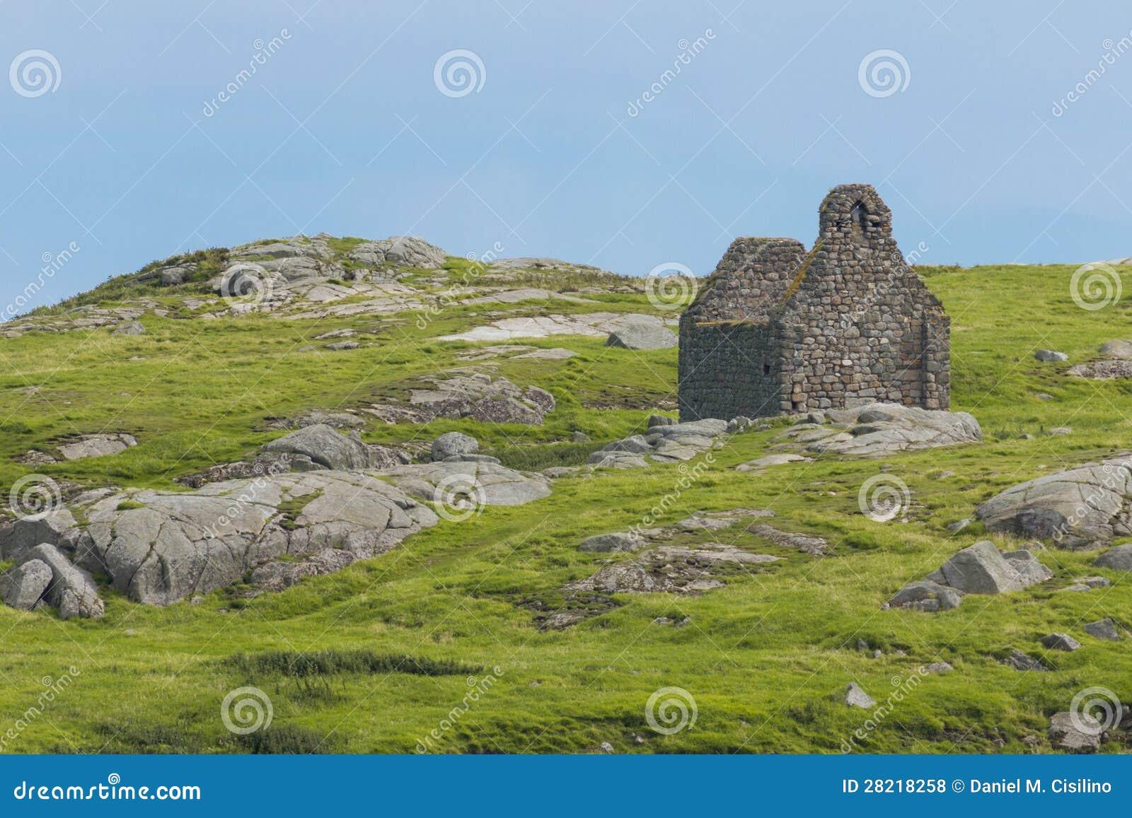 Rujnujący kamienny kościół. Dalkey wyspa. Irlandia