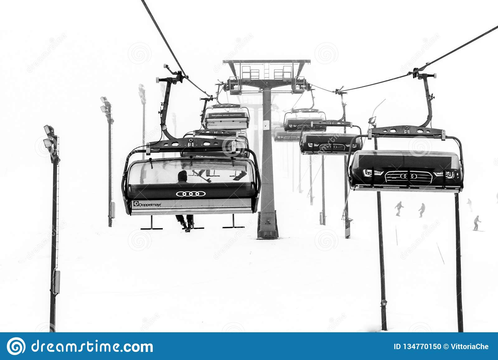 Ruka, Finlande - 24 novembre 2012 : Les skieurs s asseyent sur le remonte-pente de chaise à la station de sports d hiver de Ruka