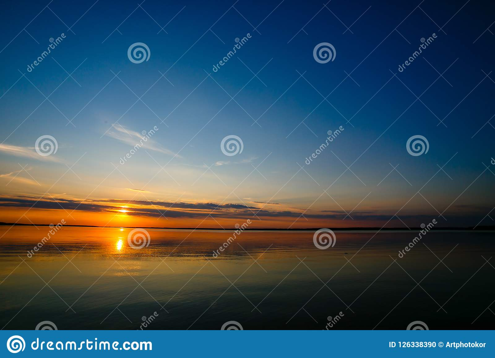 Rullande down för ljus sol horisontlinjen