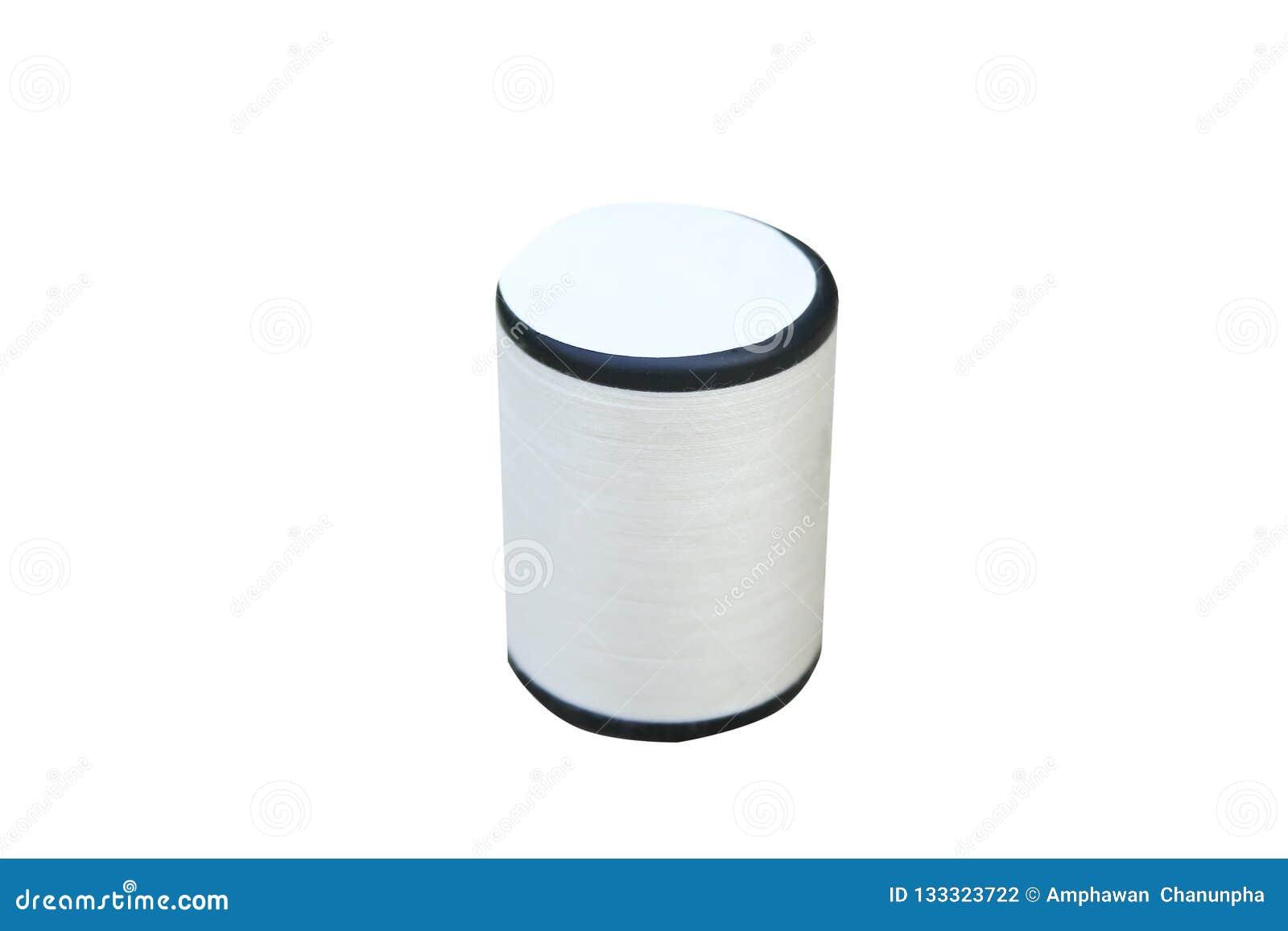 Rulle av den vita sy tråden som isoleras på vit bakgrund