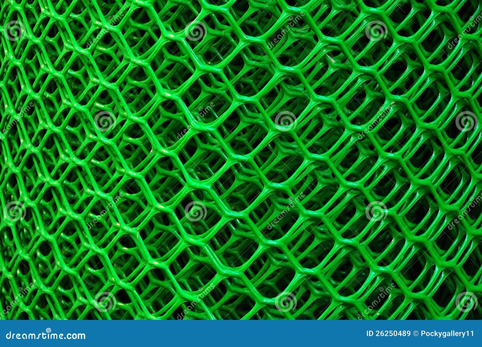 Rulle av en grön plast  förtjänar för ett staket royaltyfria ...
