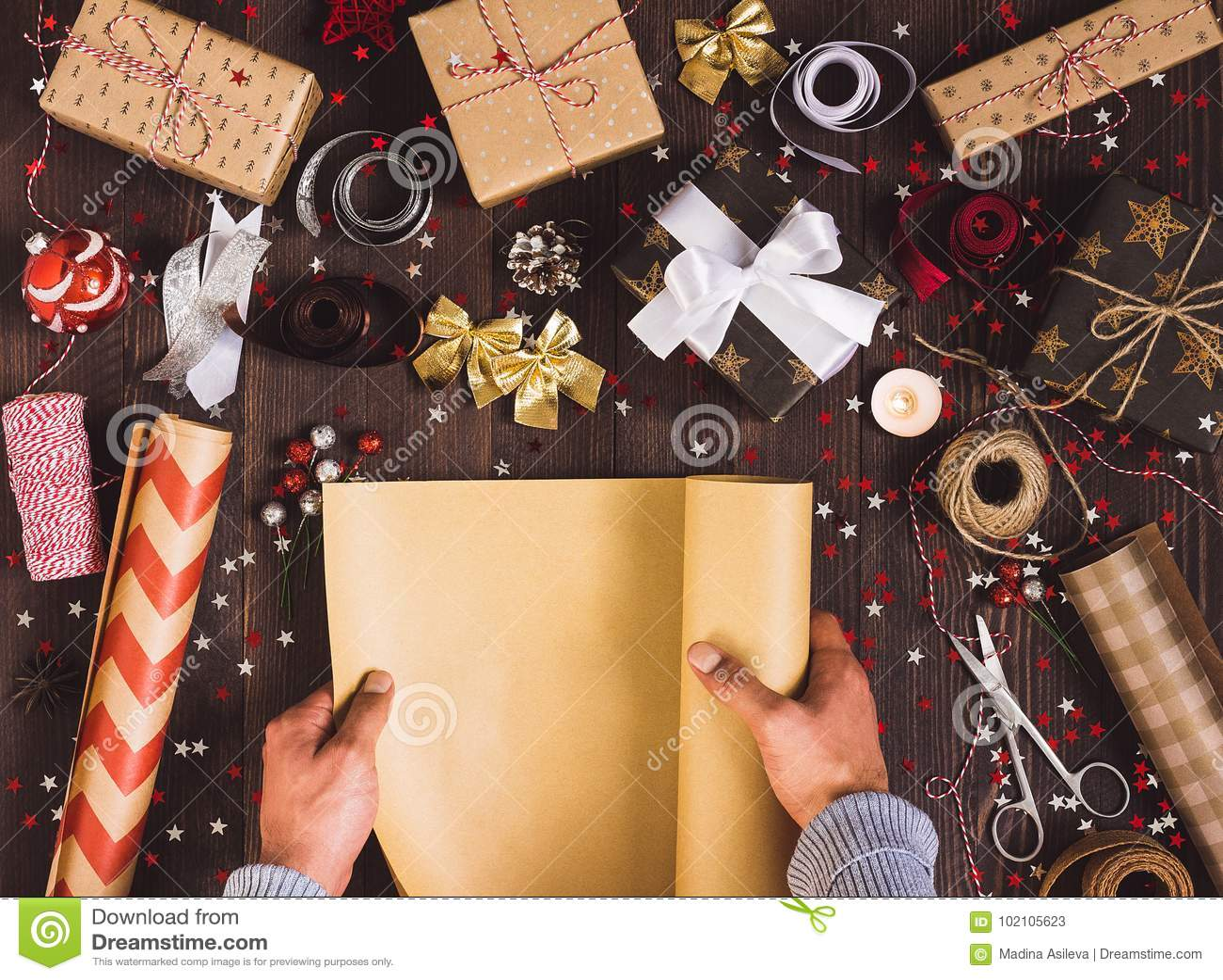 Rulle för manhanduppveckling av inpackning av kraft papper för packande julgåvaask
