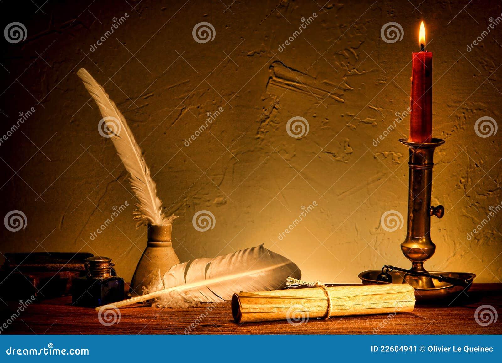 Rullo antico della carta pergamena dal vecchio indicatore luminoso della candela