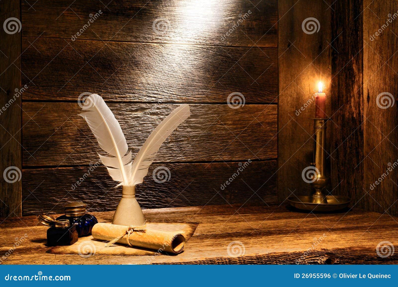 Rullo antico della carta pergamena e vecchia spoletta di scrittura