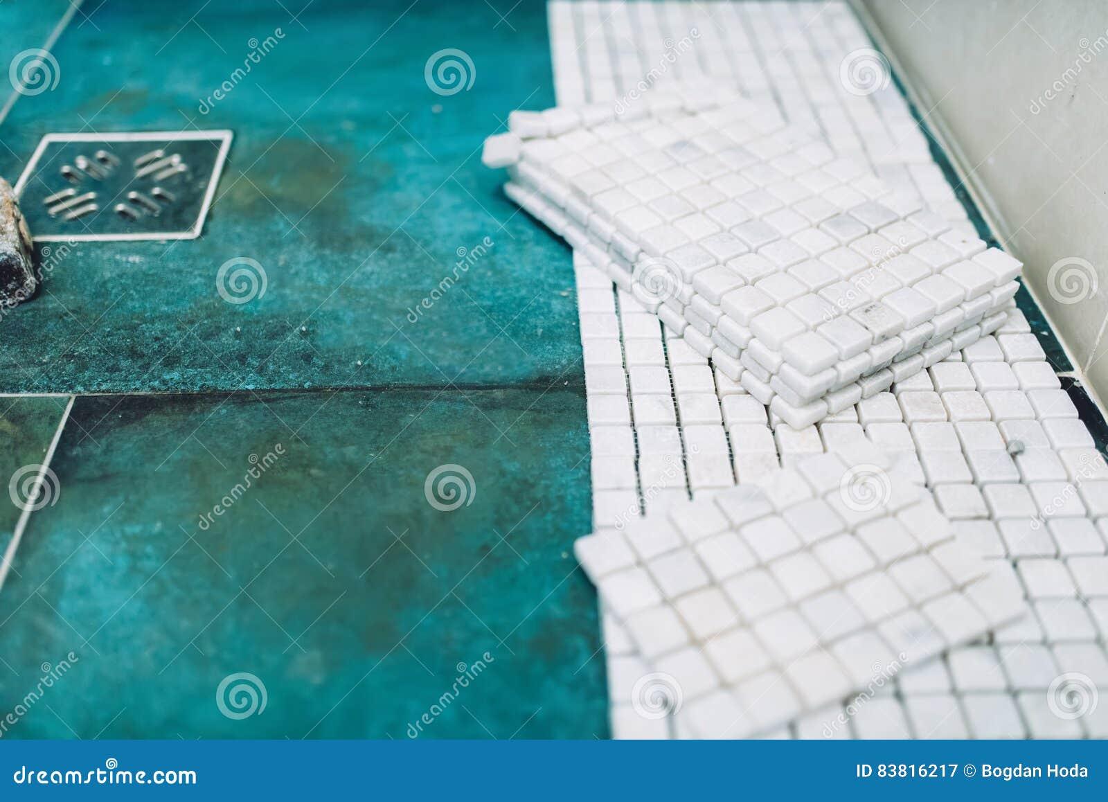 rullo di vernice con i campioni della vernice chiuda su delle ... - Pittura Su Piastrelle Di Ceramica