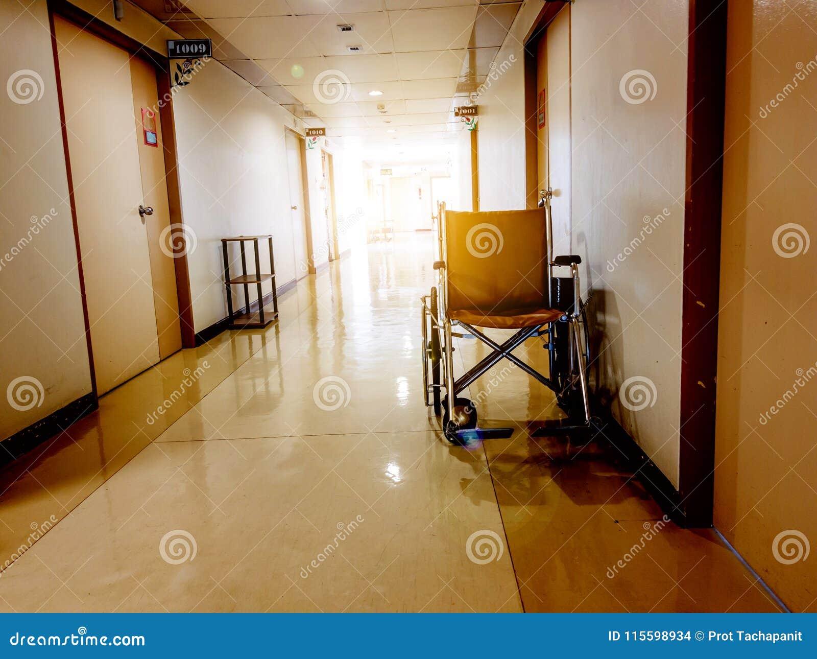 Rullstol som framtill parkerar av rum i sjukhus Rullstol som är tillgänglig för äldre eller sjukt folk