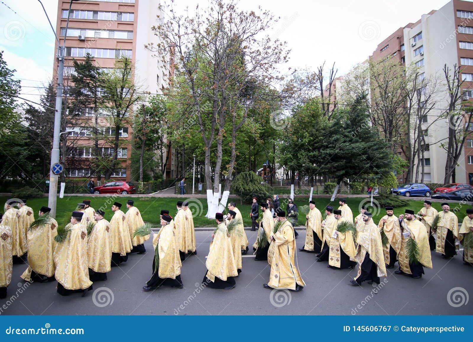 Rumänische orthodoxe Priester während einer Palmsonntags-Pilgerfahrtprozession in Bukarest