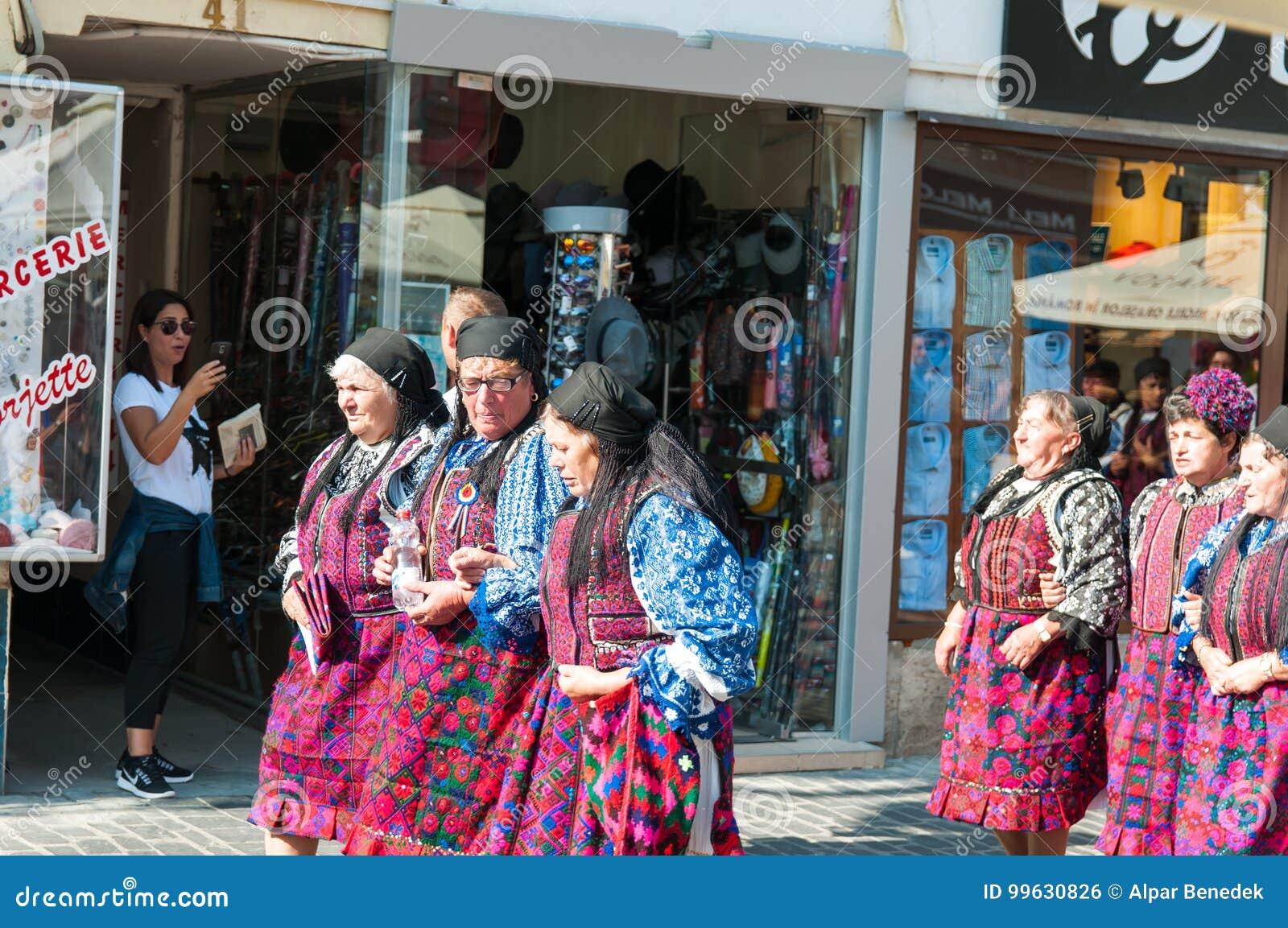 Rumänsk traditionell folkdansgrupp