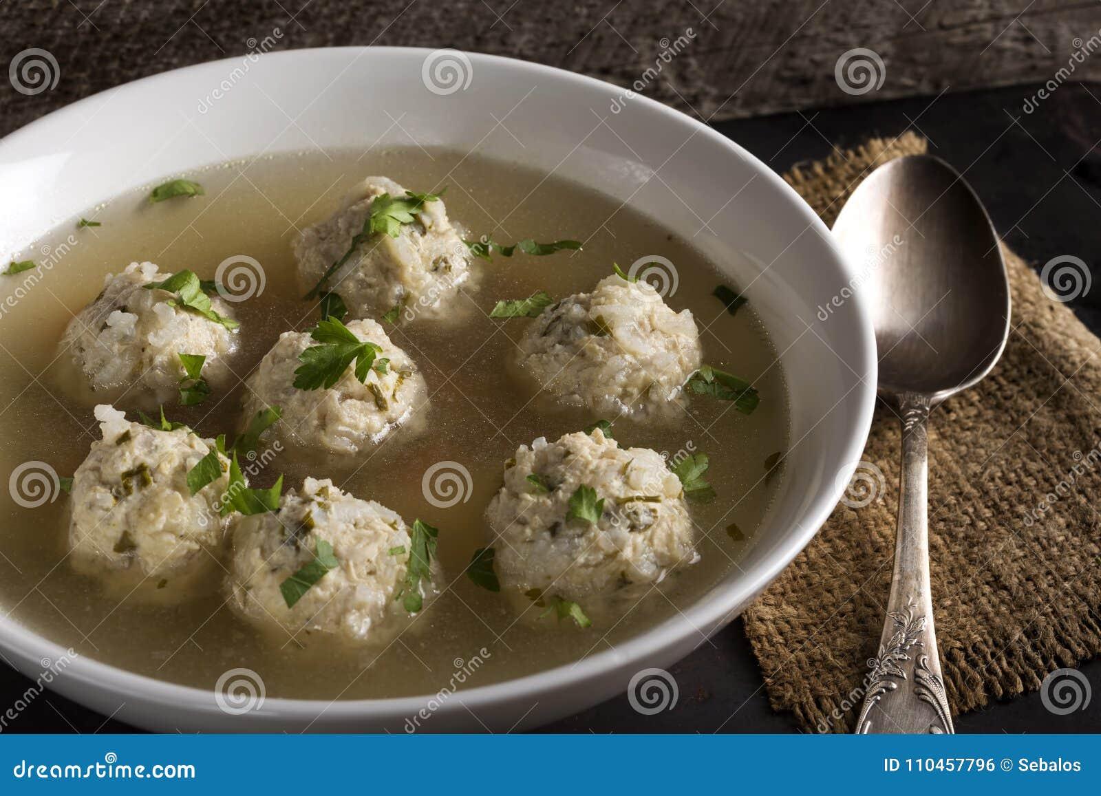 Rumänsk traditionell soppa med köttbullar