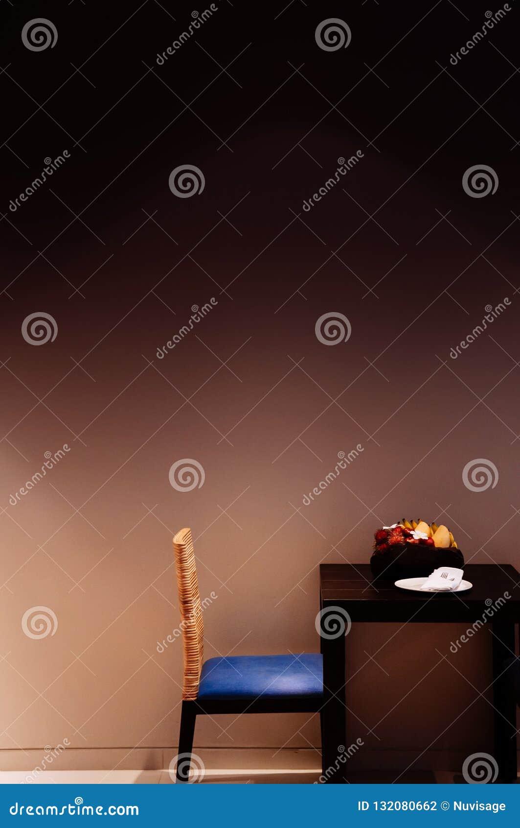 Rum för modern stil med modern stol, trätabell med frukt
