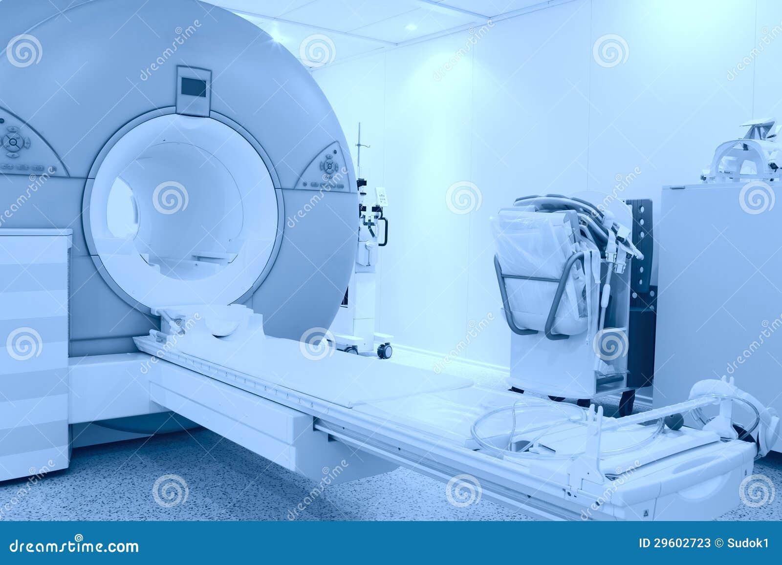 Rum med MRI bearbetar med maskin