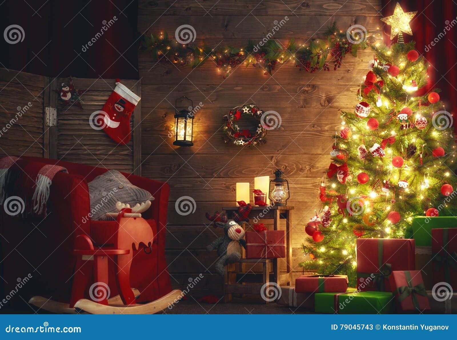 Rum som dekoreras för jul