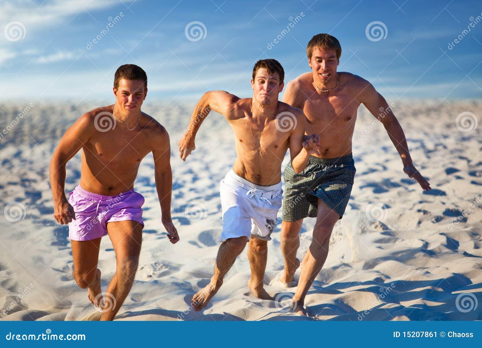 Трое парней на пляже 2 фотография