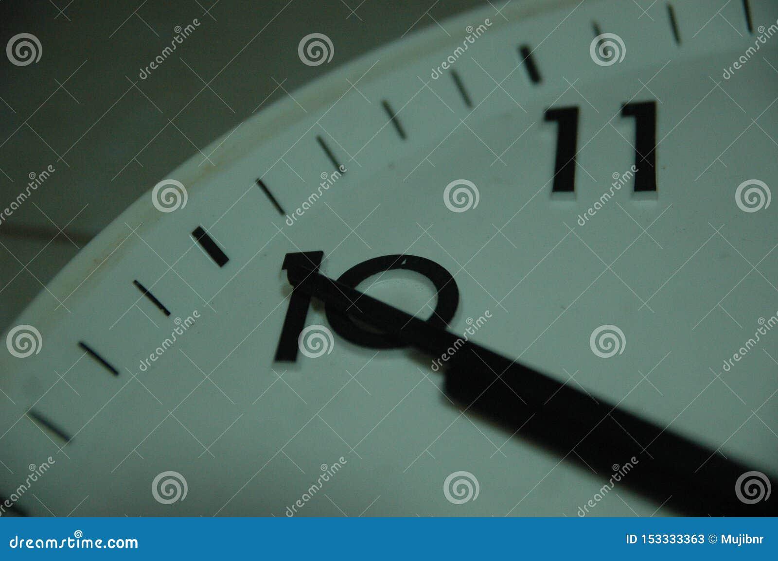 Rund klocka för klassisk svart vägg med runda punkter