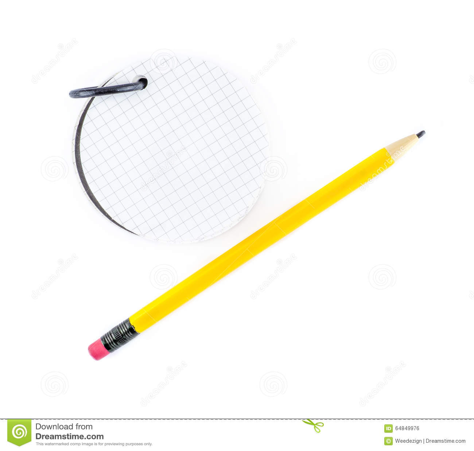 Rund notepad och gul blyertspenna på vit bakgrund