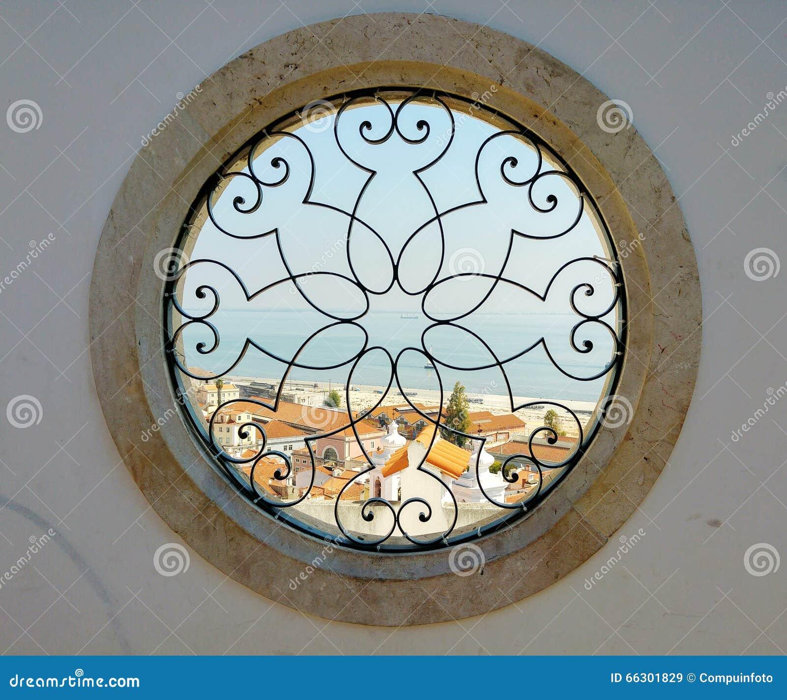 Runde Fenster runde fenster mit hafenansicht in lissabon stockbild bild