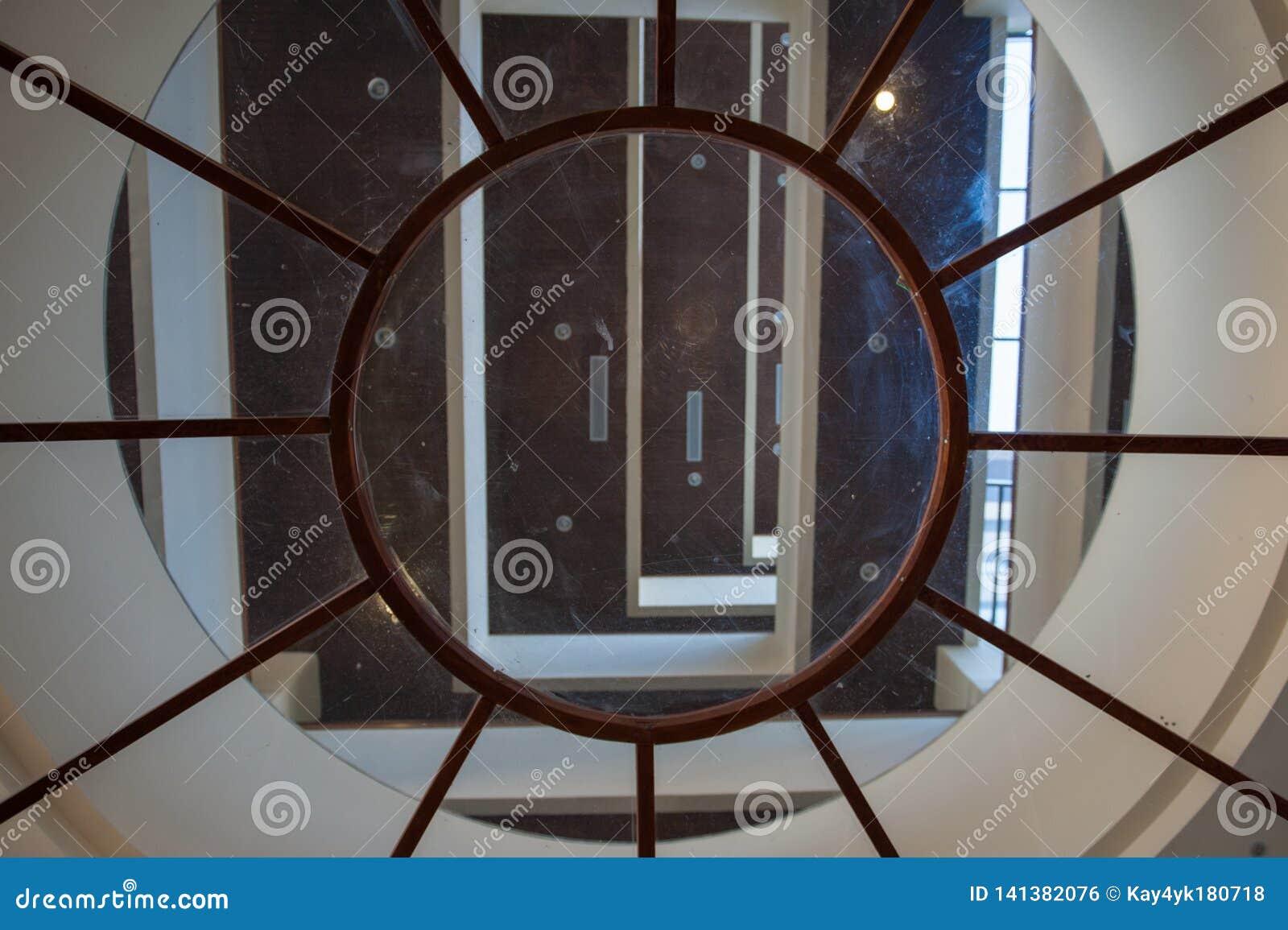 Runde Glasdecke innerhalb des Gebäudes im Erholungsort