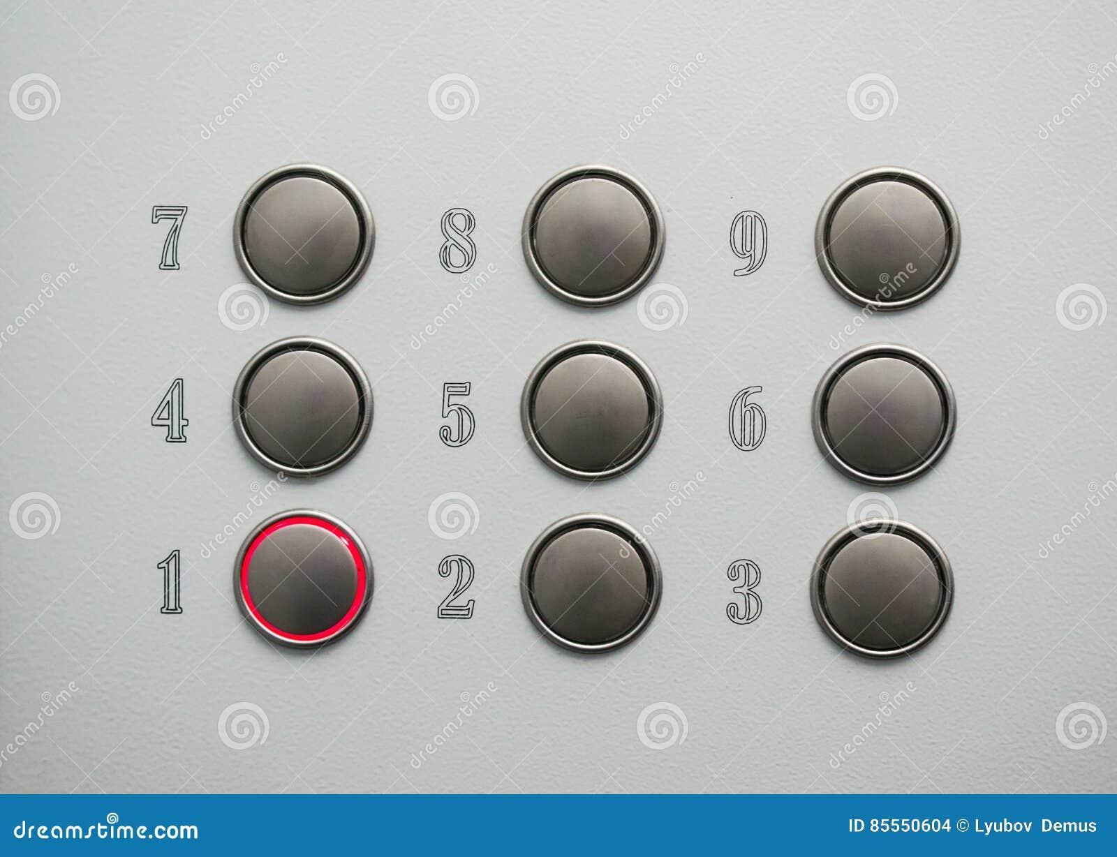 Runde Knöpfe in der Aufzugkabine