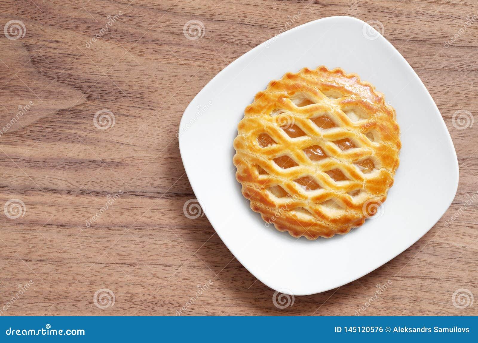 Runder Apple-Gitter-Kuchen in der Platte