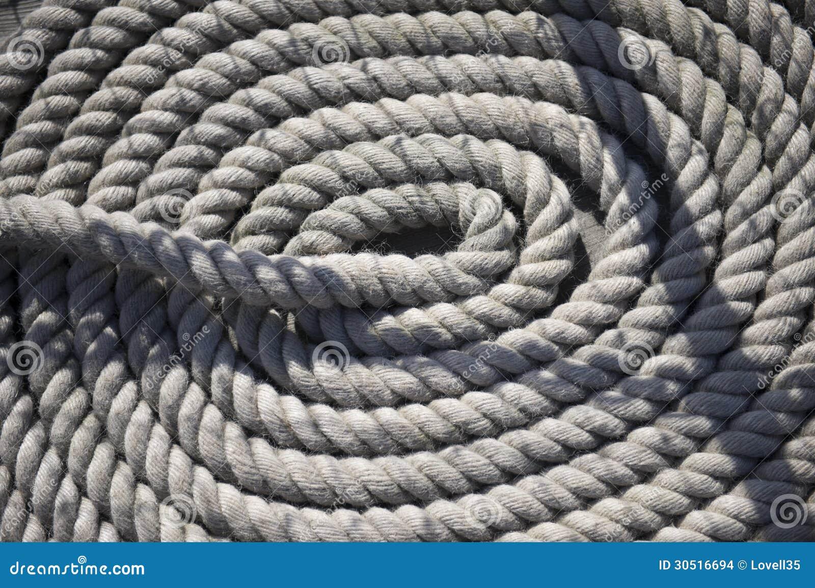 Rundes weißes Seil auf Schiff