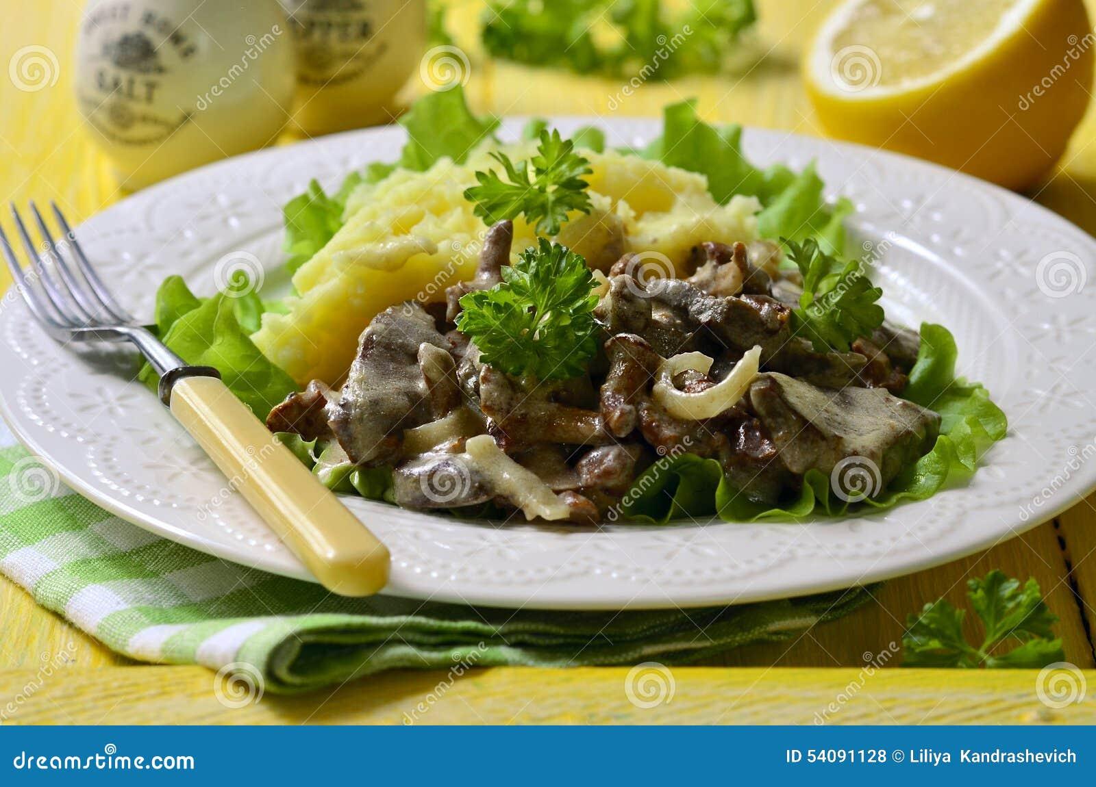 Rundvleeslever met paddestoelen en ui in een zure room wordt gestoofd die