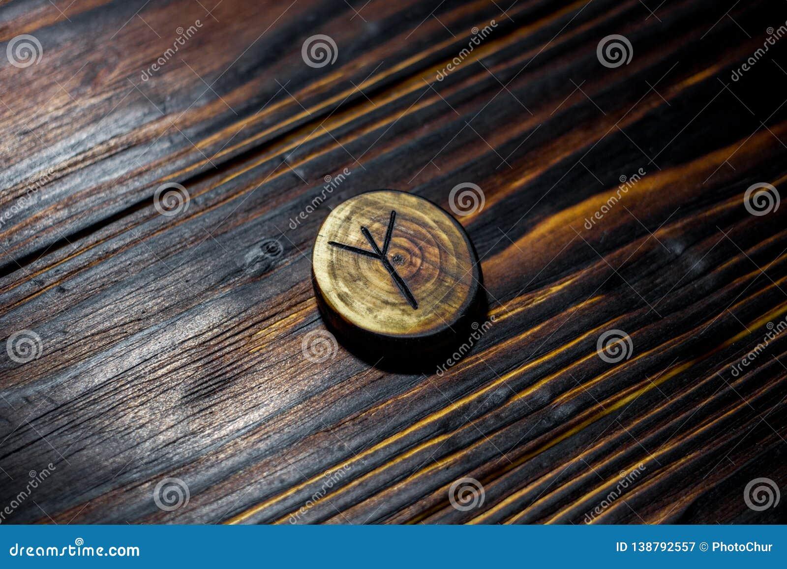 Rune Algiz Elhaz rzeźbił od drewna na drewnianym tle