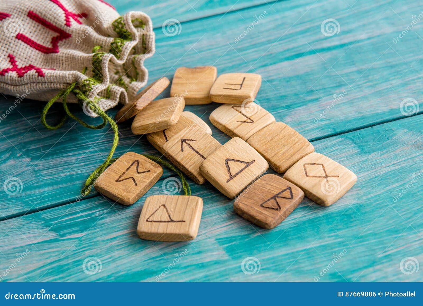 Rune antiche, borsa della tela con ricamo su vecchio fondo di legno d annata Fuoco selettivo