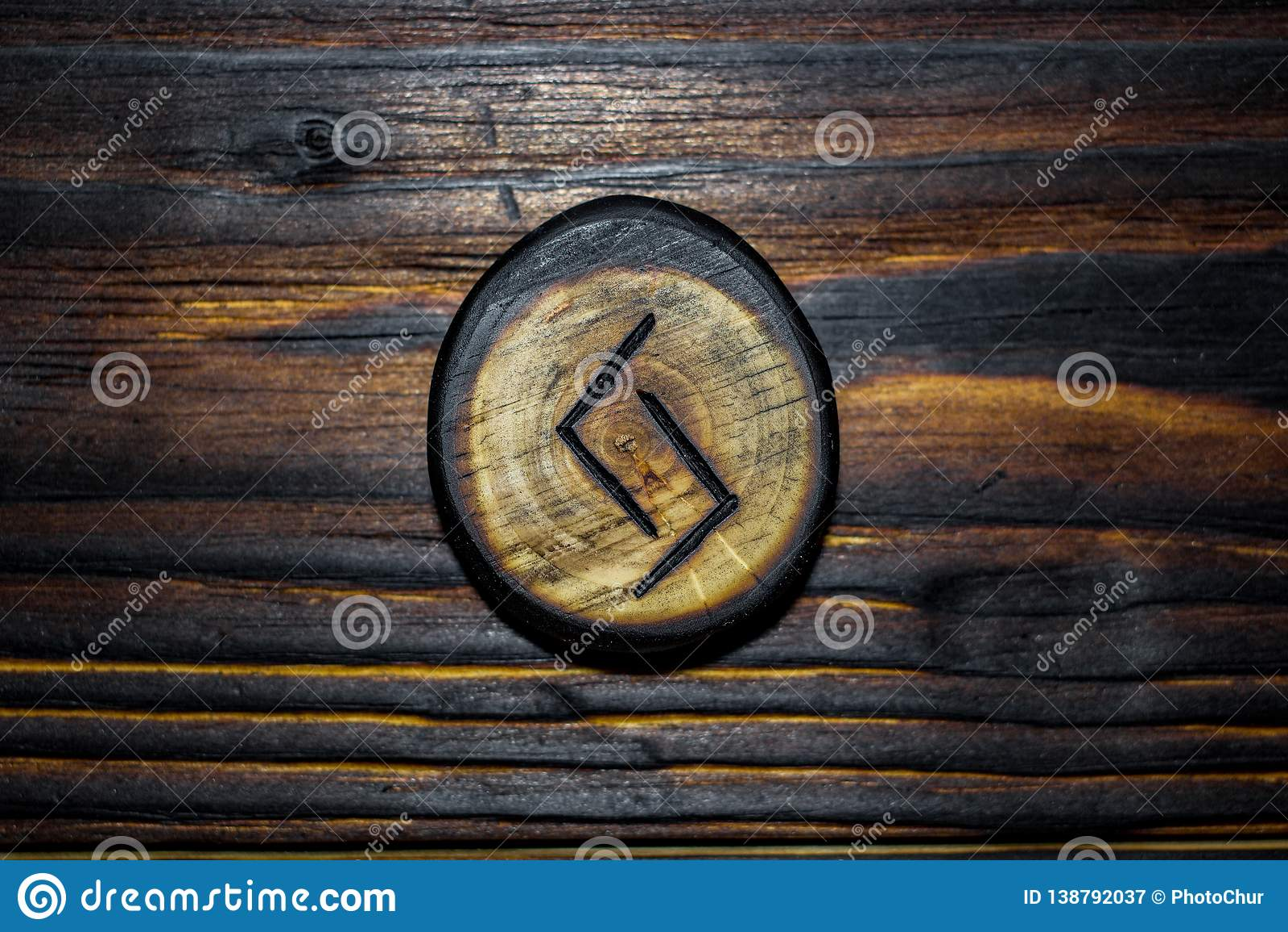 Rune Jera Jeran, Jeraz rzeźbił od drewna na drewnianym tle