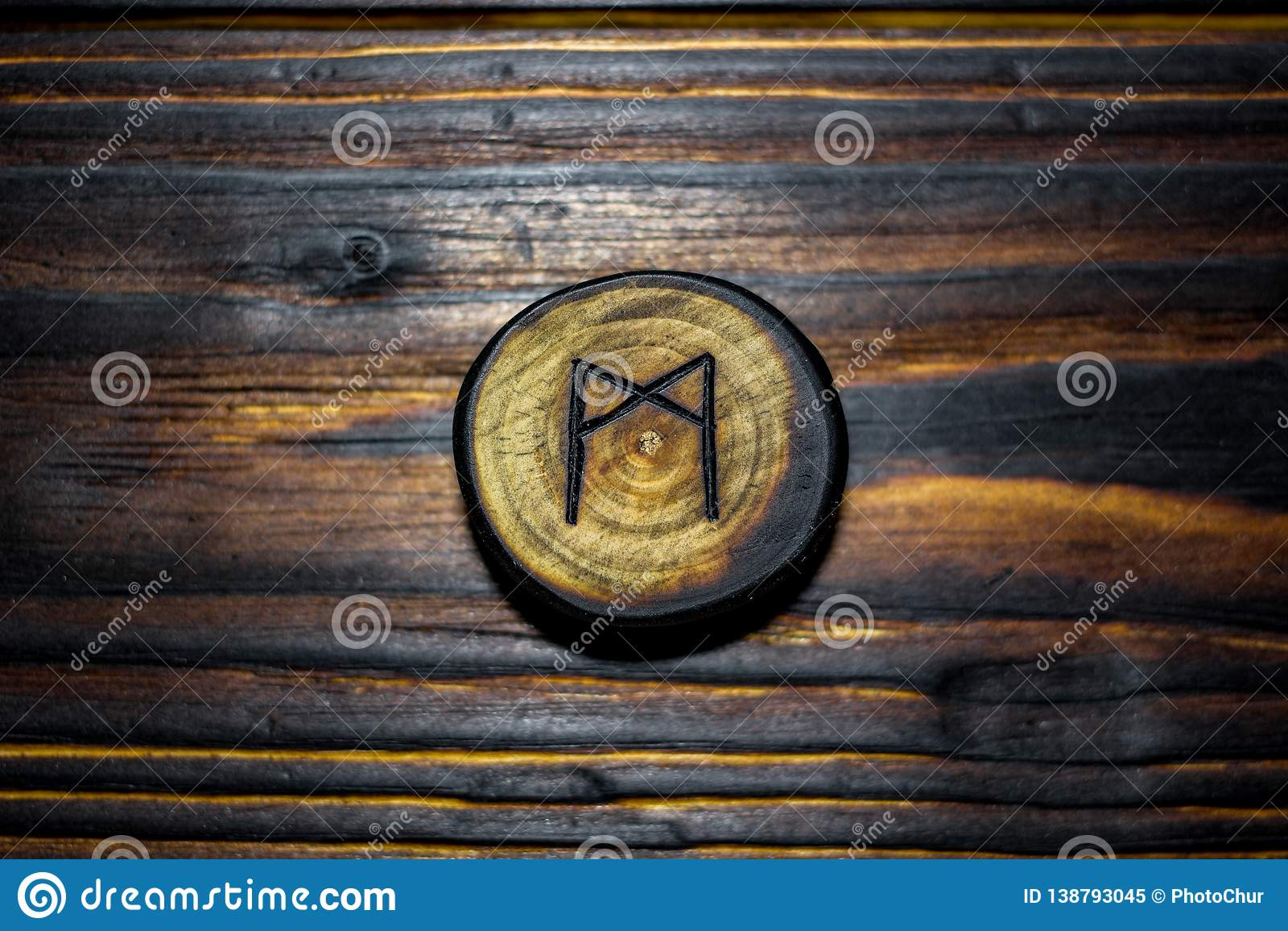 Rune Mannaz Mann rzeźbił od drewna na drewnianym tle